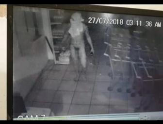 Assaltante nu é flagrado por câmeras de segurança em supermercado de Oeiras
