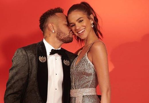 Bruna Marquezine ganha declaração de Neymar com faixa em avião