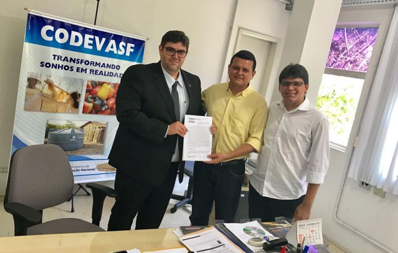 Prefeito Oliveira Júnior assina convênio de R$ 2 milhões com a Codevasf