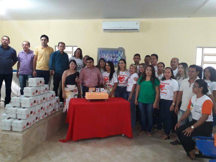 Prefeito Maninho e Secretaria de Saúde entregam certificados e kits para profissionais