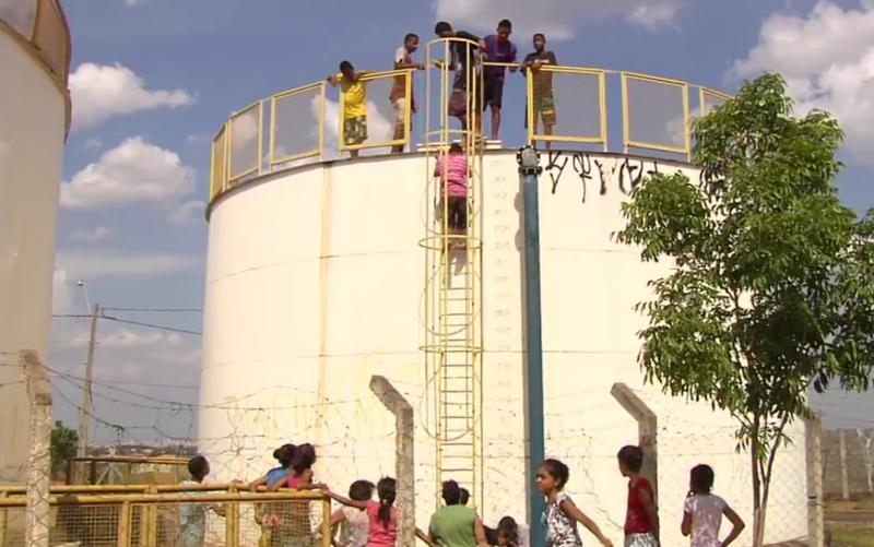 Sem água há 8 dias, moradores invadem reservatório para encher baldes