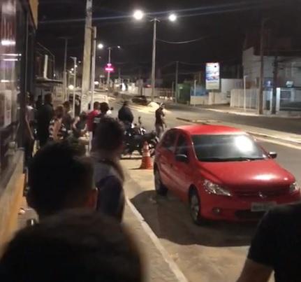 Vídeo registra colisão violenta de carro em poste em Teresina