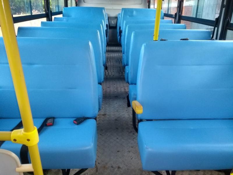 Prefeitura de Cristino Castro reforma bancos dos ônibus escolares