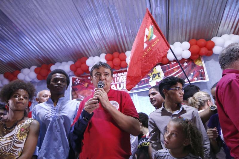 W. Dias e Gleisi Hoffmann comandam ato em favor da liberdade de Lula