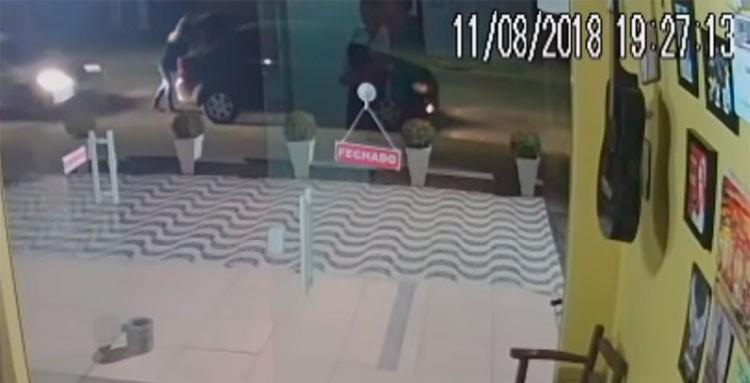 Vídeo: Mulher é prensada contra próprio carro por outro veículo