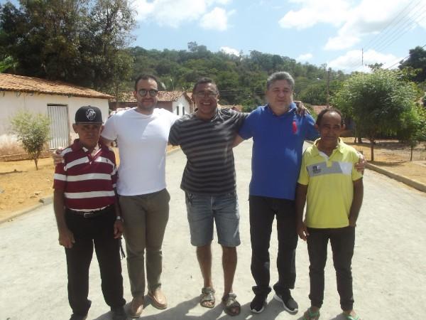 Prefeito Walter Alencar visita obra de pavimentação em paralelepípedo na localidade Buraco Dágua