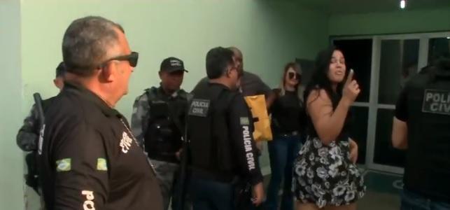 Mulher manda beijos para imprensa após ser presa em Teresina