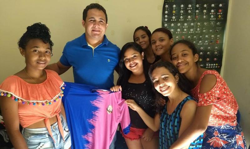 Vereador Rinaldo Rocha entrega material esportivo para o time feminino
