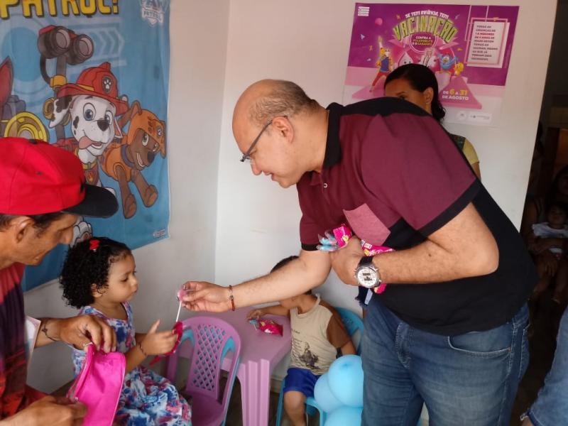 Crianças recebem imunização no