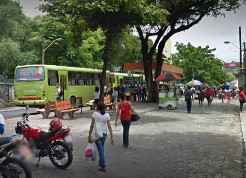 Bandidos assaltam passageiros que esperavam ônibus em Teresina