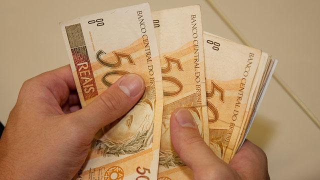 Governo reduz para R$ 965 previsão do salário mínimo em 2018