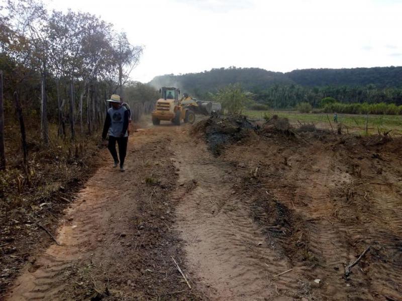 Prefeito autoriza a construção de estradas em localidade de Pau D'Arco