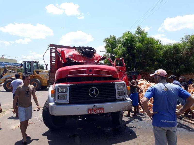 Caminhão carregado de tijolos tomba e deixa um morto no Piauí