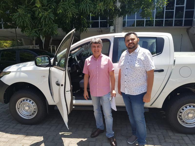 Prefeitura de Monsenhor Gil recebe pick up 0 km