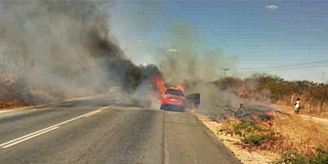 Carro pega fogo na BR-316 e ocupantes saem ilesos