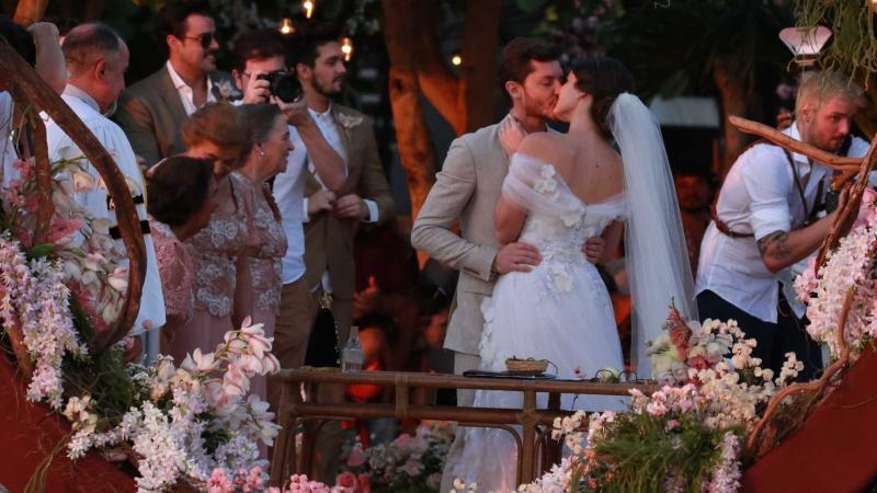 Klebber Toledo e Camila Queiroz se casam em Jericoacoara