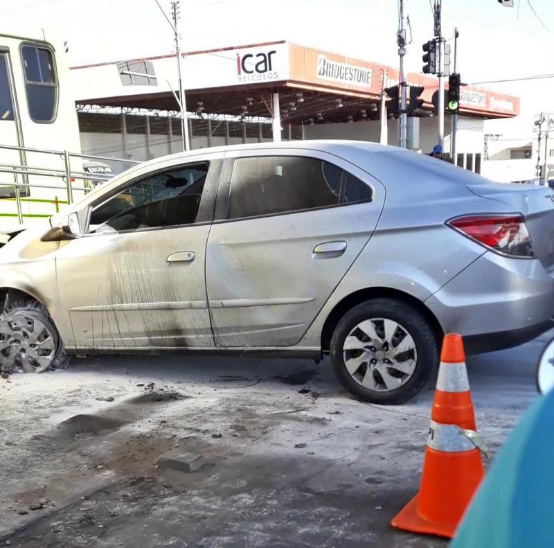Carro pega fogo após colisão na zona sul de Teresina