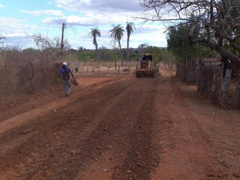 Secretaria de Infraestrutura recupera estradas na Comunidade Calumbi