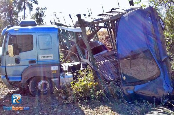 Caminhão-cegonha com 2 carros desce aterro na BR 343