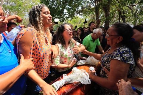 Enterro da estudante Camilla Abreu é marcado por revolta e comoção