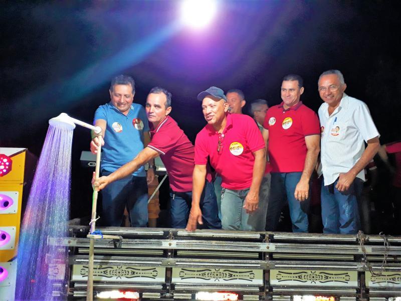 Prefeito Genival Bezerra inaugura abastecimento de água domiciliar