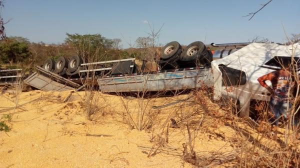 Criança de dois anos morre em acidente com carreta na BR-135
