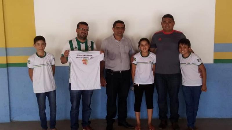 Prefeitura de Prata do Piauí entrega fardamento para alunos