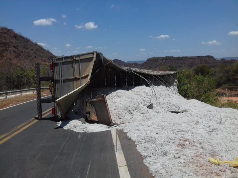 Caminhão carregado de algodão tomba próximo a São Gonçalo do Gurguéia