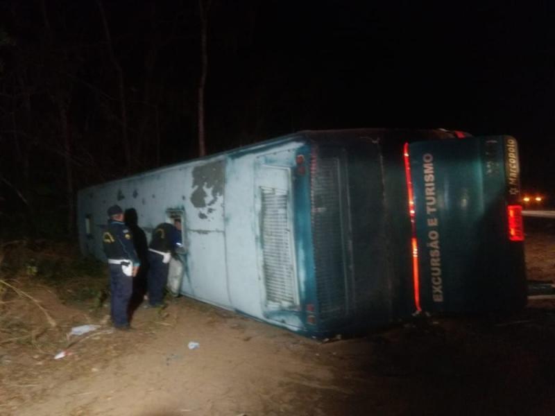 Ônibus com romeiros capota e deixa mortos na BR-292