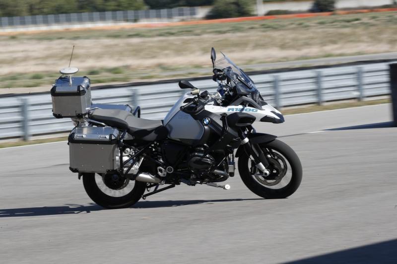 BMW lança moto que dirige 'sozinha'