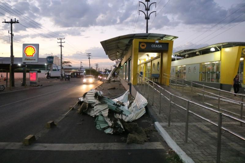 Caminhão arranca teto de estação de ônibus em Teresina
