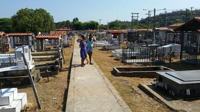 Cemitério Municipal de Uruçuí recebe manutenção.