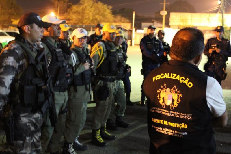 Vila Bairro Segurança apreende veículo roubado e droga