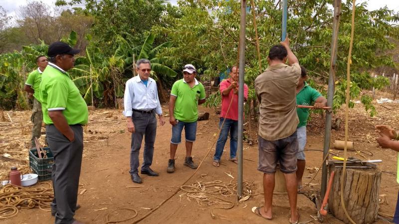 Prefeito Dr Hermes entrega equipamentos de poços na zona rural
