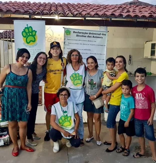 Whindersson Nunes visita Apipa e doa rações para animais