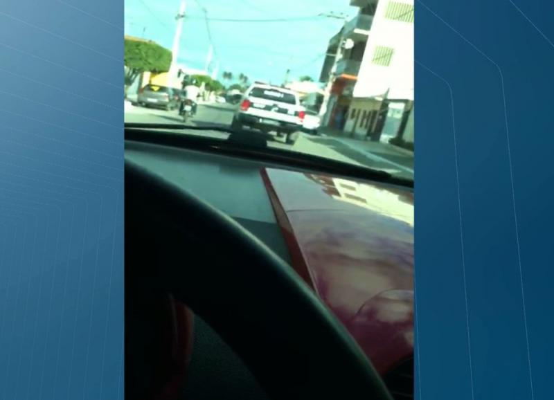 Menor, filho de vice-prefeita faz vídeo enquanto dirige carro e xinga policiais