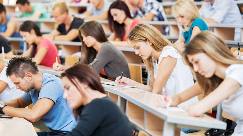 Ensino superior volta a crescer, mas só na modalidade a distância