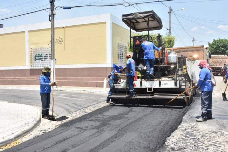 Obra de asfaltamento chega à rua Castro Alves em Floriano