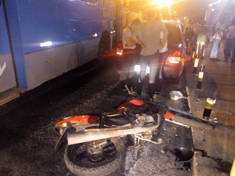 Suspeito de assalto morre após colidir com ônibus em Teresina