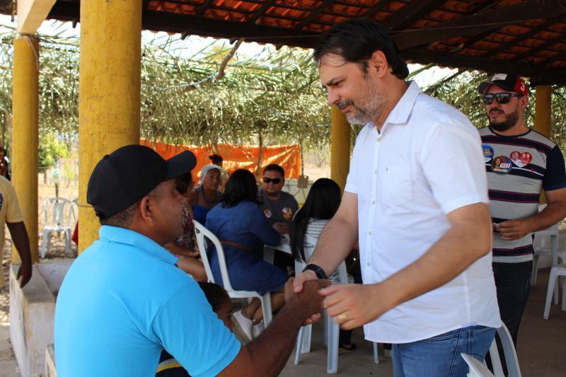 Prefeito Roger Linhares prestigia Feira do Artesanato na Comunidade Tucuns