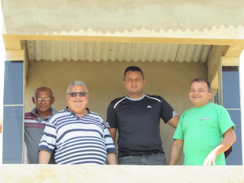Prefeito Dr.Alcione Barbosa  Visita obras em campo de futebol do município