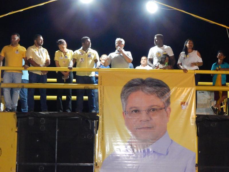 Gustavo Neiva é recebido por uma multidão em Cristino Castro