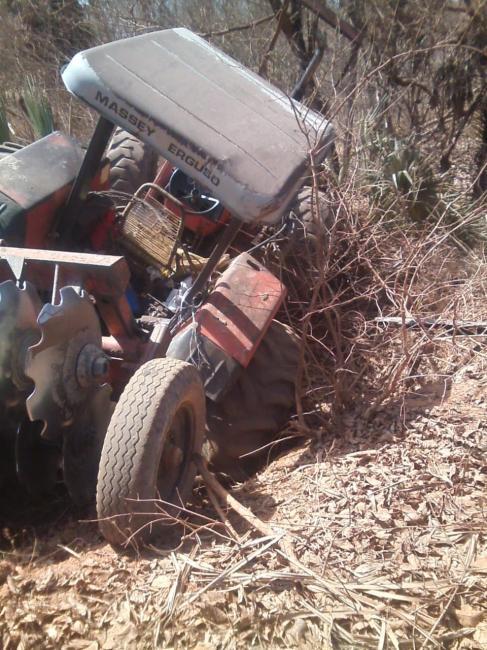 Motorista sofre acidente ao descer barranco com trator na PI 224