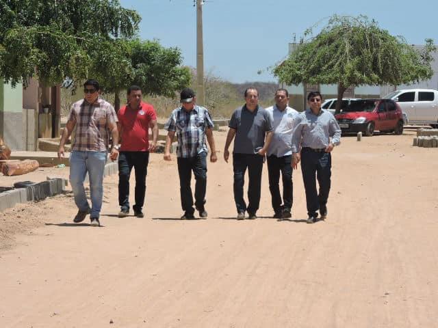 Prefeito Maninho visita obra de calçamento do povoado Salinha