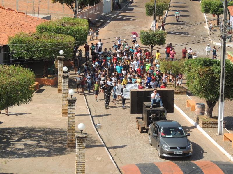 Caminha de Combate a Dengue com, alunos e professores em Campo Largo-PI