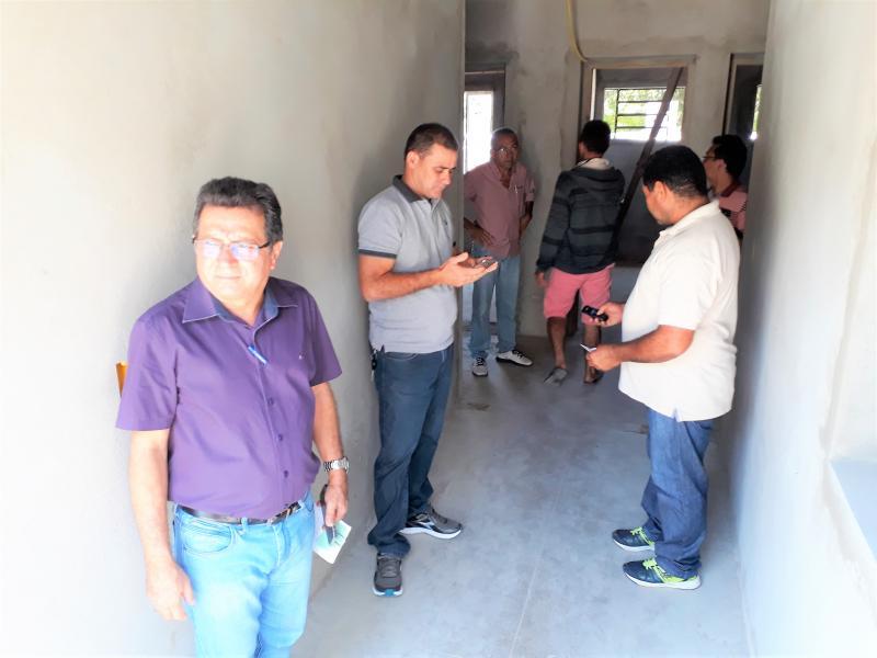 Prefeito Genival Bezerra visita as obras da Unidade Mista de Saúde