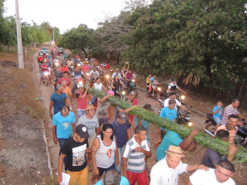 Centenas de fiéis participaram de procissão com mastro em Campo Largo-PI