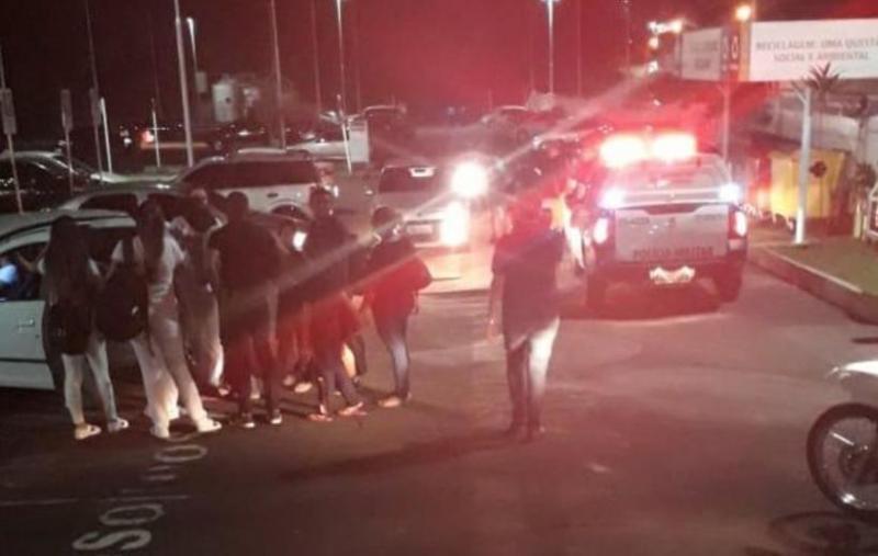 Homem tenta estuprar mulher em estacionamento de universidade