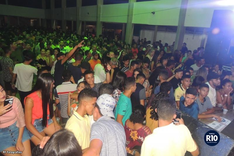 CEM | Tem casa cheia no show de encerramento dos festejos em Porto-PI