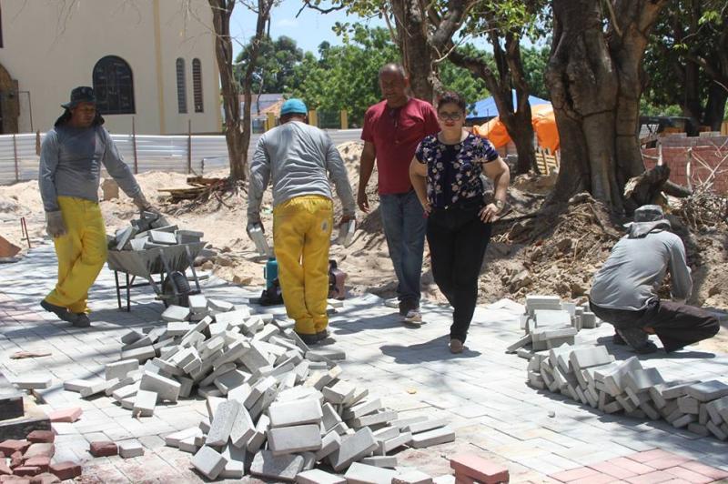 Prefeita de Altos acompanha obras da Praça Matriz